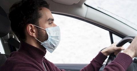 aki-egyedul-utazik-az-autoban-miert-visel-szajmaszkot