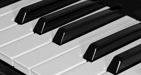 hany-billentyu-van-a-zongoran