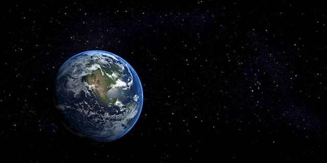 """Planeta Pământ a fost numită """"Planeta Albastră"""" datorită cantității abundente de apă de pe suprafața sa. Deși pe Pământ prezența apei pare firească și cât se poate de normală, apa lichidă este o raritate în sistemul nostru solar. Prezența apei în formă lichidă nu a fost confirmată în sistemul nostru solar, dar este probabil ca luna lui Jupiter, Europa și luna lui Saturn, Enceladus să aibă oceane lichide sub o crustă înghețată.  Apa lichidă acoperă cea mai mare parte a suprafeței planetei noastre. Cele mai mari corpuri de apă sunt oceanele, care acoperă aproximativ 71% din suprafața globului."""